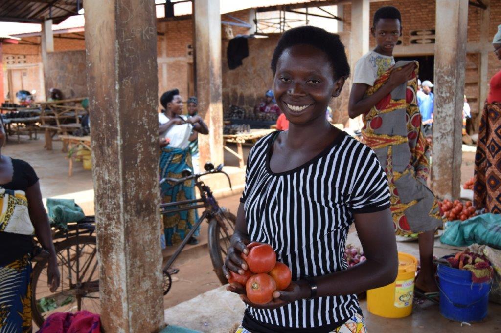 Une femme burundaise rapatriée vendant des tomates au marché de Kayogoro