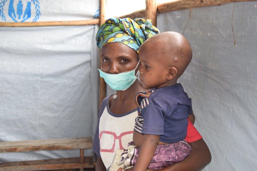 Une femme burundaise rapatriée avec son enfant au centre de transit de Gatumba