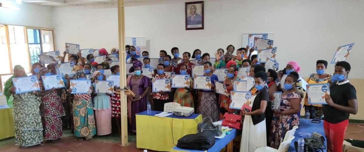 Le PNUD remet des chèques cadeaux aux femmes exerçant le commerce transfrontalier pour leur permettre de reprendre leurs activités.