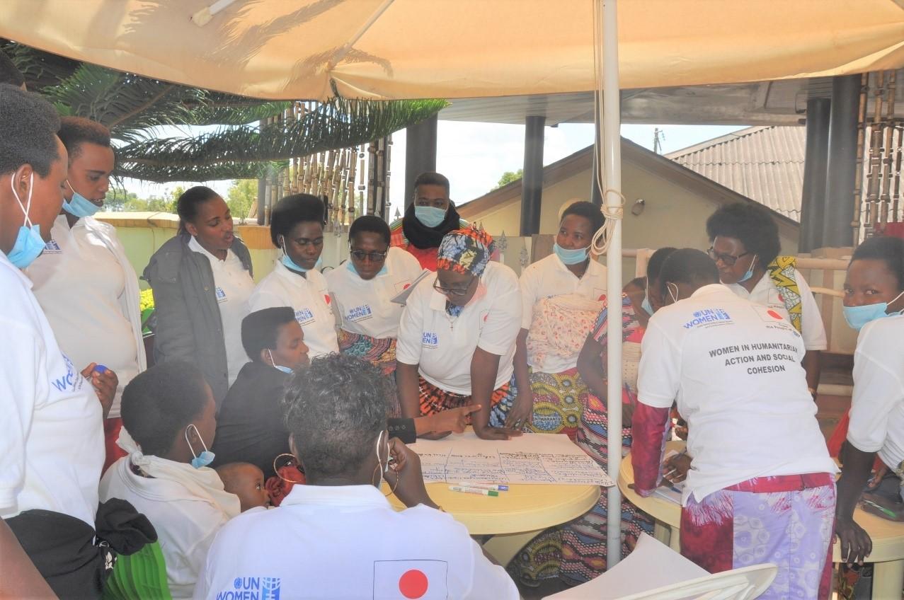 Des femmes leaders communautaires élaborant leur plan d'action sur la promotion du genre et la cohésion sociale.