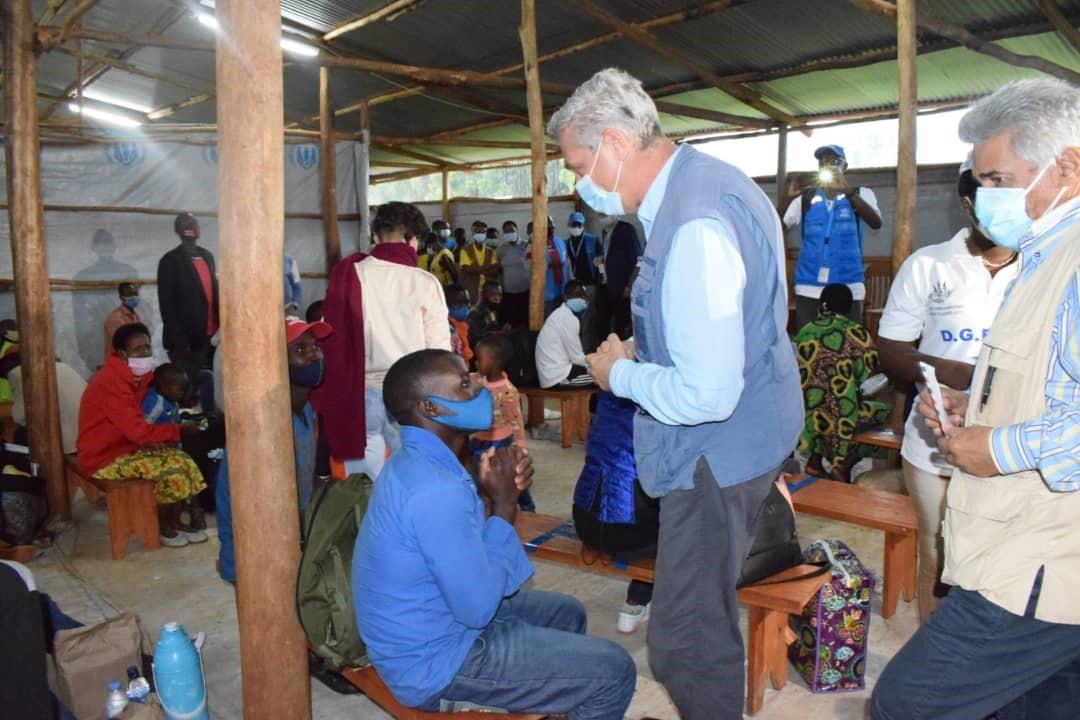 Le chef du HCR en visite au Burundi rencontre les refugies.